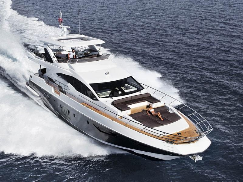 Azimut Flybridge 80 on water