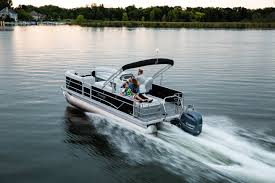 Family cruising on the water in a Sweetwater 2286 SFL pontoon.